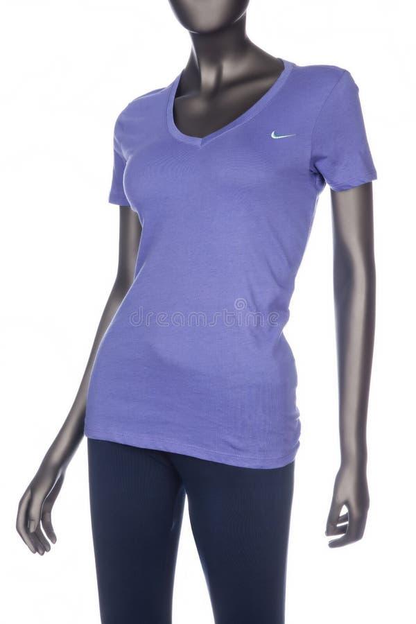 Medellin, Colômbia - 27 de julho de 2019: Nike, o t-shirt das mulheres; foto no manequim no fundo branco imagens de stock