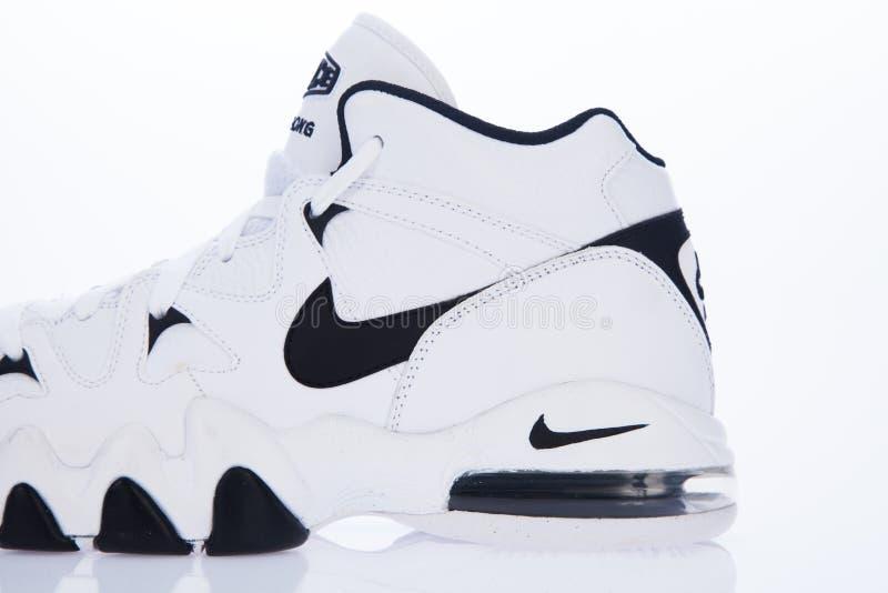 MEDELLIN - COLÔMBIA - 24 de março de 2019: Estilo novo de sapatas de Nike Estúdio recolhido e isolado no fundo branco fotografia de stock