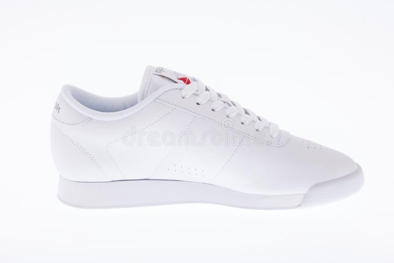 Medellin, Colombia - 14 de junio de 2019: Foto de los zapatos del deporte de Reebok en el fondo blanco fotos de archivo