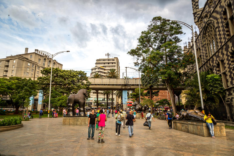 MEDELLIN, COLOMBIA - 20 de septiembre de 2013 - gente local que camina alrededor de Medellin céntrico en Colombia, Suramérica imagenes de archivo