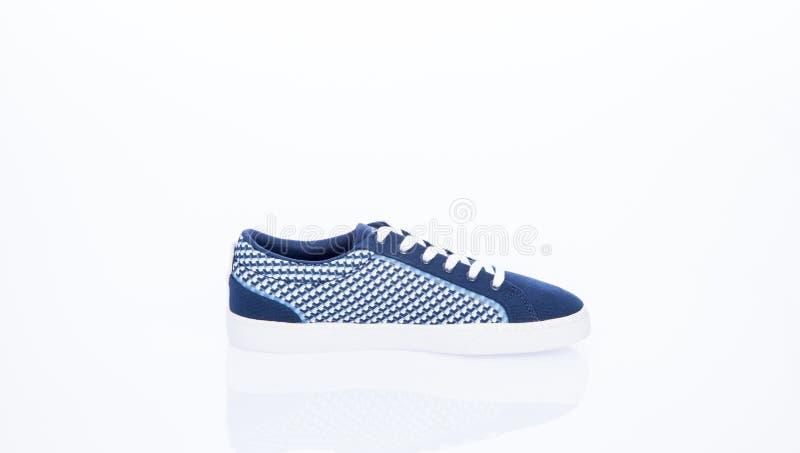 MEDELLIN - COLOMBIA - Mei 18, 2019: Nieuwe schoenstijl LACOSTE Comfortabele die schoenen op witte achtergrond worden geïsoleerd royalty-vrije stock afbeeldingen