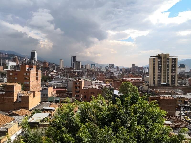 Medellin de stad in, Colombia, met hoge gebouwen en een gedeeltelijk bewolkte dag royalty-vrije stock afbeeldingen