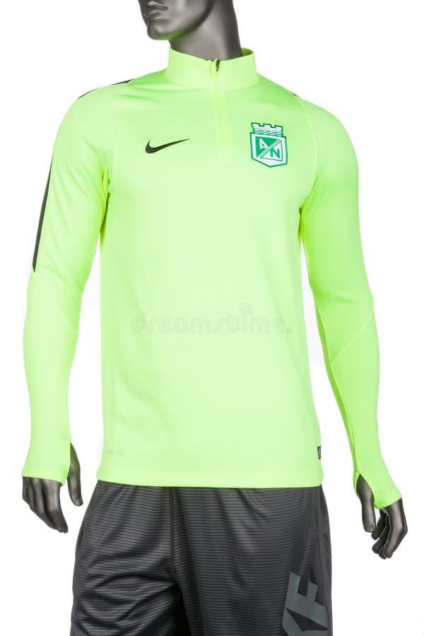 Medellin, Kolumbien - 19. Juni 2019 Nike Long Sleeve Sports Lycra-T-Shirt, Foto auf weißem Hintergrund stockbild