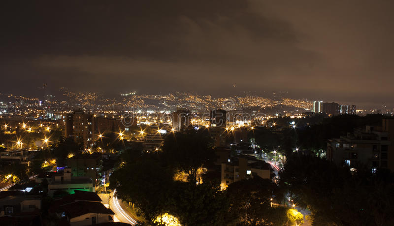 Medellin na noite com construções residenciais Colômbia 2017 foto de stock royalty free
