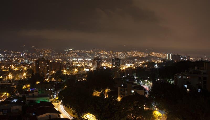 Medellin på natten med bostads- byggnader Colombia 2017 royaltyfri foto