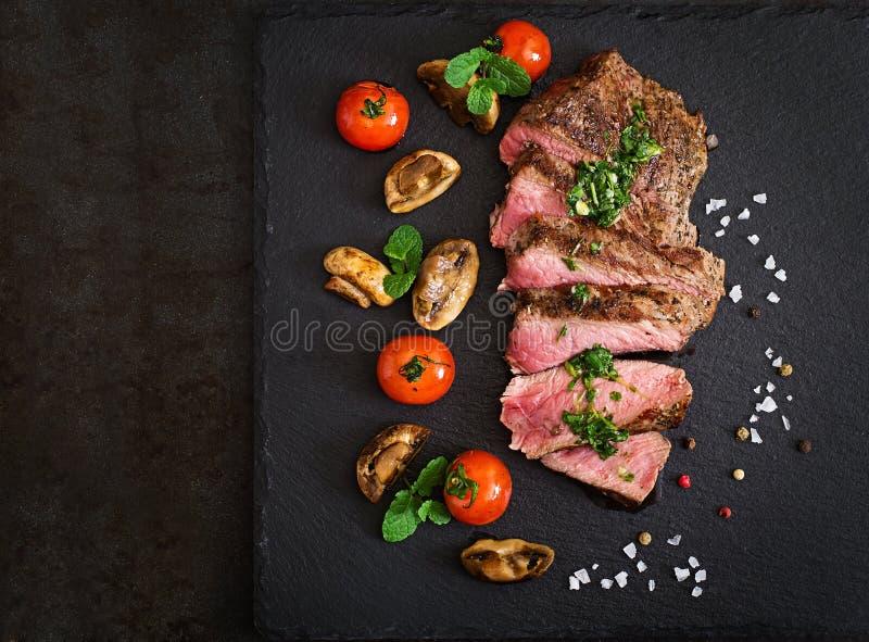 Medelsällsynt nötkött för saftig biff med kryddor royaltyfri fotografi