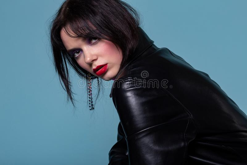 Medelslut upp av den missbelåtna unga kvinnan med svart kort hår royaltyfri fotografi