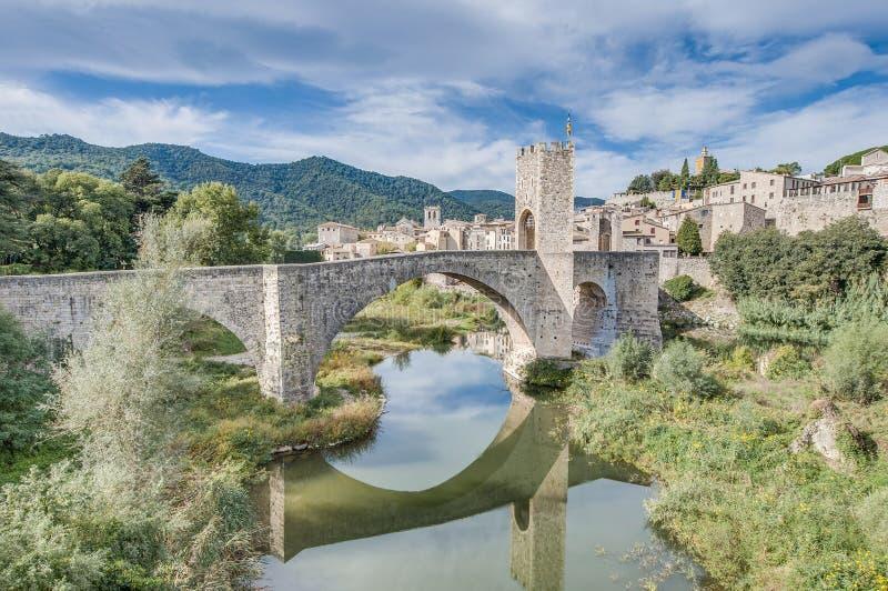 Medeltida överbrygga i Besalu, Spanien arkivfoto