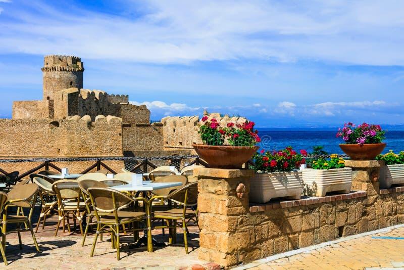 medeltida aragonese slott castella le Isola Capo Rizzuto, Calabria, Italien royaltyfri fotografi