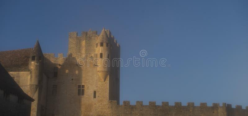 Medeltida arkitektur av den mäktiga Chateau de Beynac slotten fotografering för bildbyråer