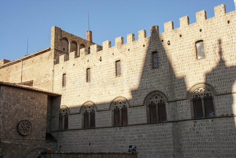 Medeltida arkitektur av slotten av påvar royaltyfri foto