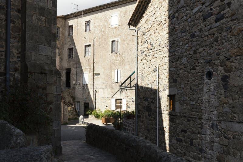 Medeltida bakgata i staden av Antraigues, Frankrike arkivbilder