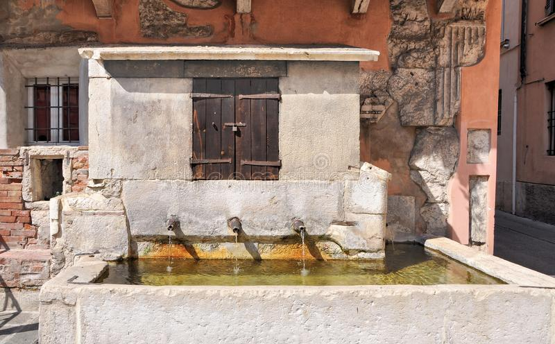 Medeltida bevattna hål i Brescia, Italien År 1300 arkivbilder