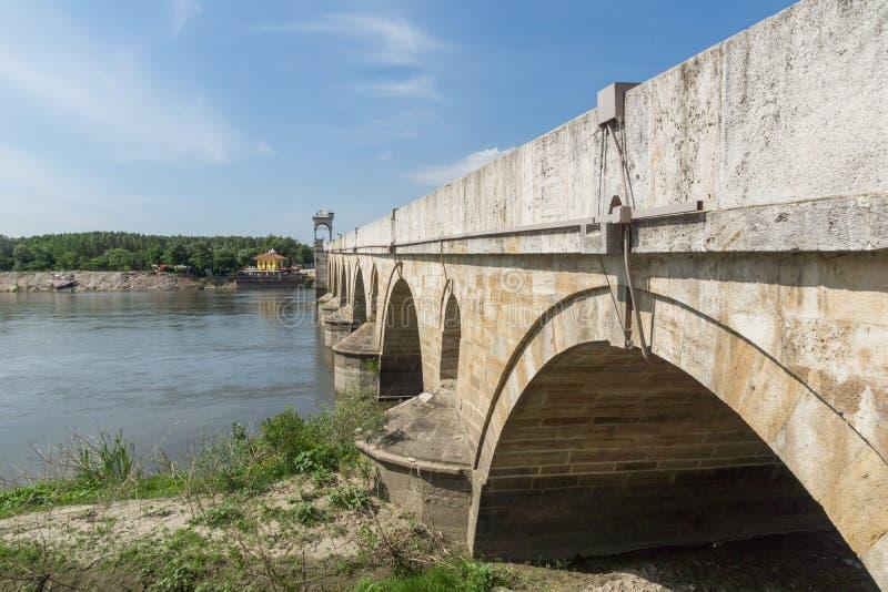 Medeltida bro från period av ottomanvälde över Meric River i stad av Edirne, östliga Thrace, Tur royaltyfria bilder