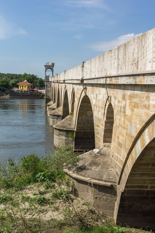Medeltida bro från period av ottomanvälde över Meric River i stad av Edirne, östliga Thrace, Tur royaltyfri foto