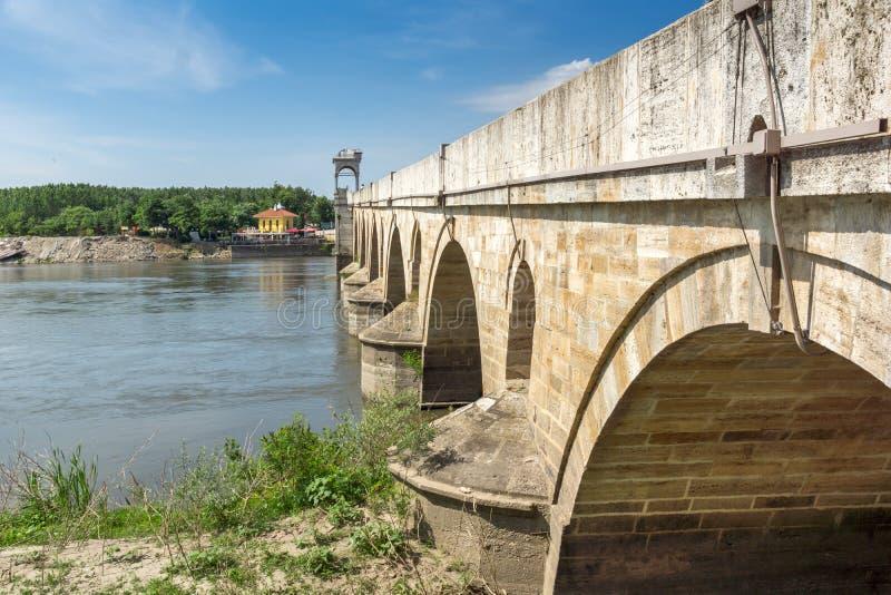 Medeltida bro från period av ottomanvälde över Meric River i stad av Edirne, östliga Thrace, Tur royaltyfri fotografi