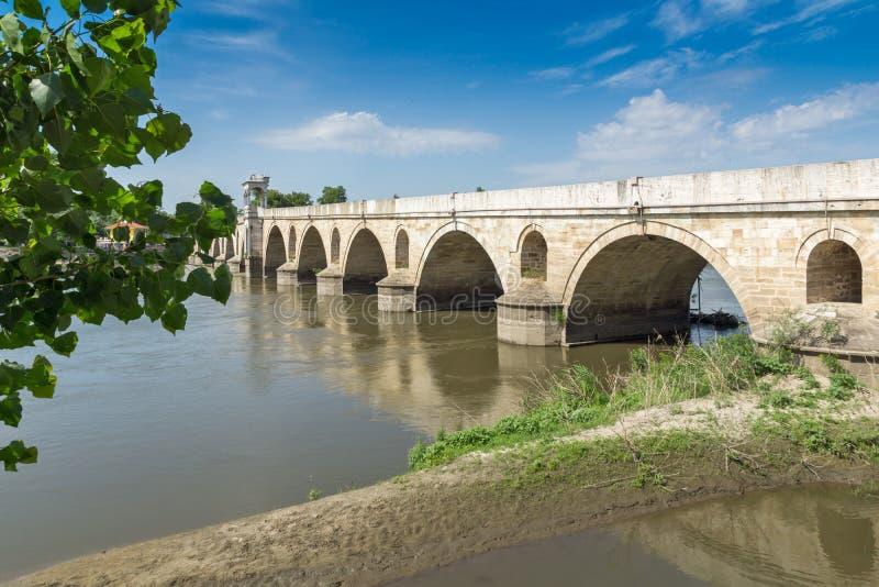 Medeltida bro från period av ottomanvälde över Meric River i stad av Edirne, östliga Thrace, Tur royaltyfria foton