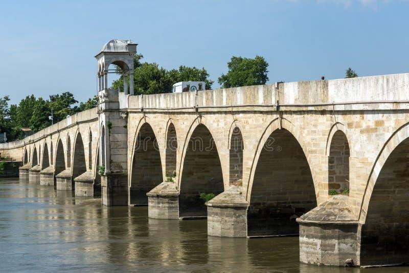 Medeltida bro från period av ottomanvälde över Meric River i stad av Edirne, östliga Thrace, Tur fotografering för bildbyråer