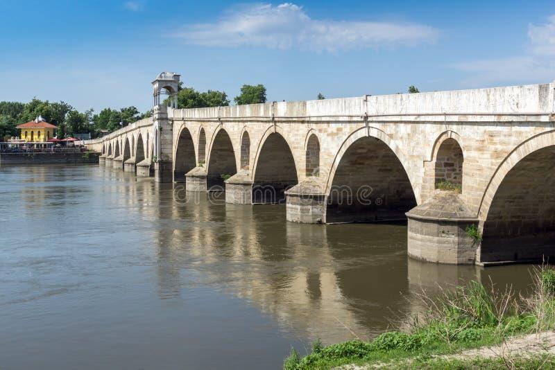 Medeltida bro från period av ottomanvälde över Meric River i stad av Edirne, östliga Thrace, Tur arkivbilder