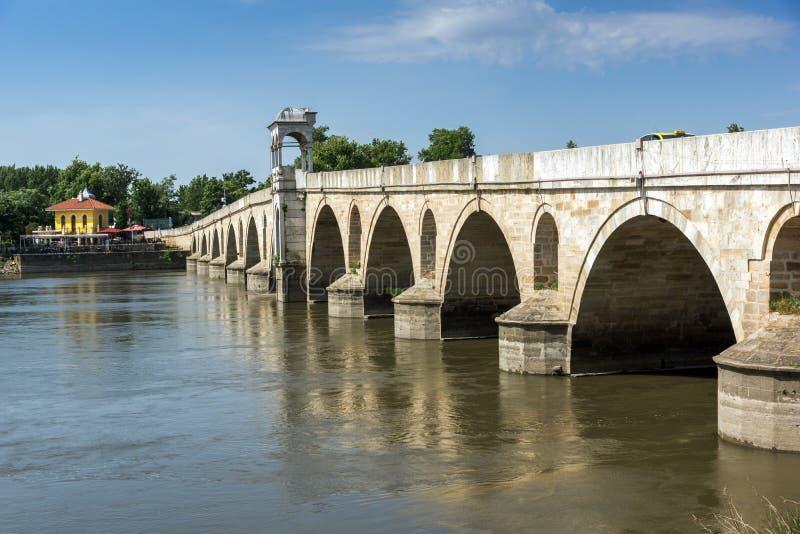 Medeltida bro från period av ottomanvälde över Meric River i stad av Edirne, östliga Thrace, Tur arkivbild