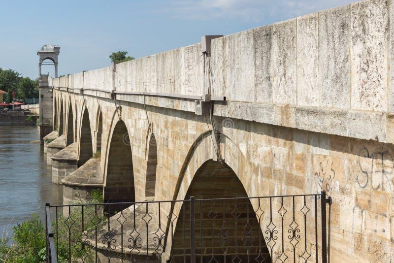Medeltida bro från period av ottomanvälde över Meric River i stad av Edirne, östliga Thrace, Tur arkivfoto