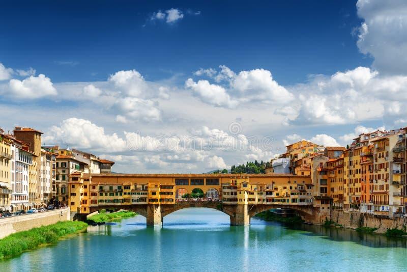 Medeltida bro Ponte Vecchio och Arno River, Florence arkivbild
