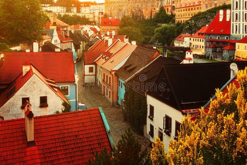 Medeltida buktiga gator av romantiska Cesky Krumlov, UNESCOplatsen arkivfoton