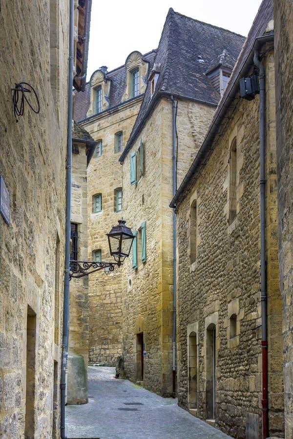 Medeltida byggnader fodrar de smala gatorna av staden av Sarlat-la-Caneda, Perigord, royaltyfri fotografi
