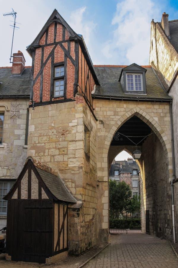 Medeltida byggnader i den gamla staden turnerar france arkivfoton