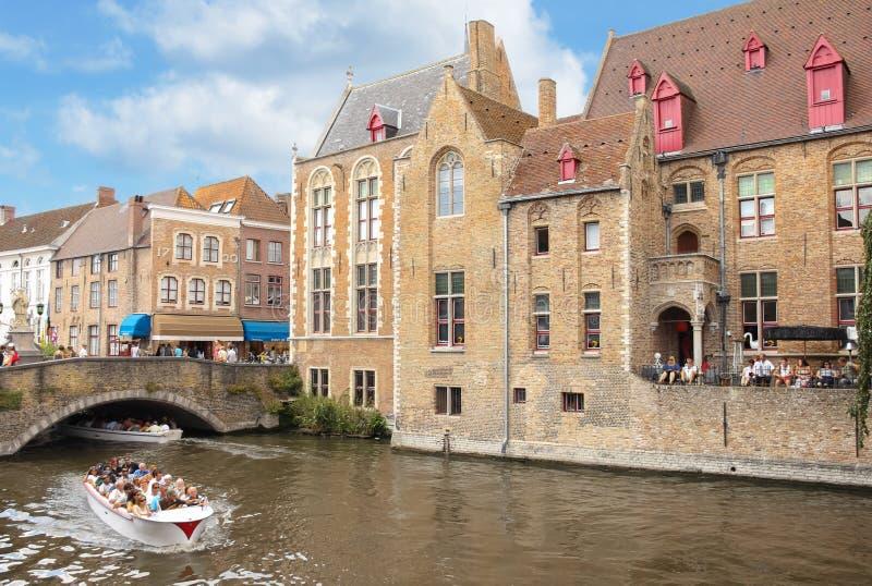 Medeltida byggnader längs kanalerna Bruges _ royaltyfri bild