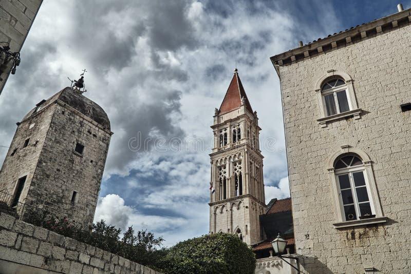 Medeltida byggnader och domkyrkatorn royaltyfri fotografi