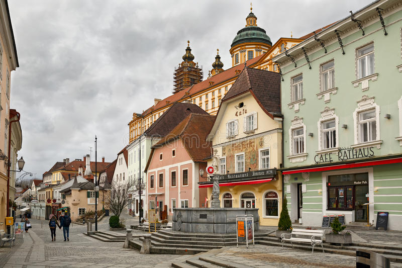 Medeltida byggnader runt om den fyrkantiga Rathausplatzen Melk lägre Österrike, Europa royaltyfri foto