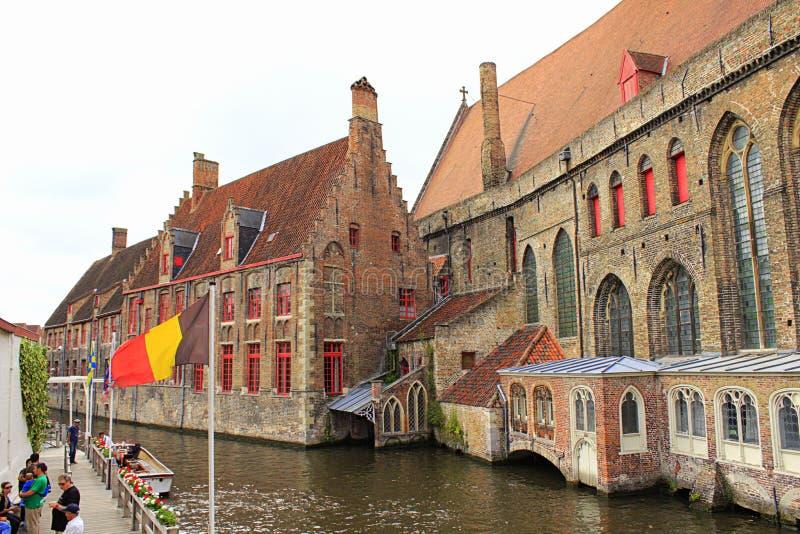 Medeltida byggnadsBruges kanal Belgien royaltyfri fotografi