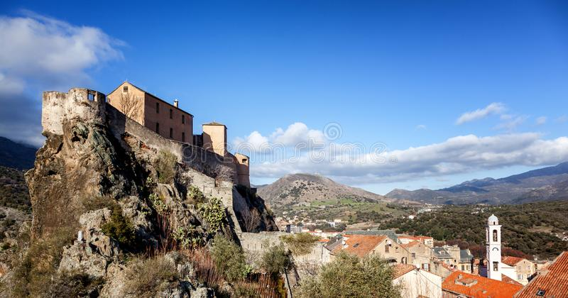 Medeltida citadell i Corte, en stad i bergen, Frankrike, royaltyfria foton