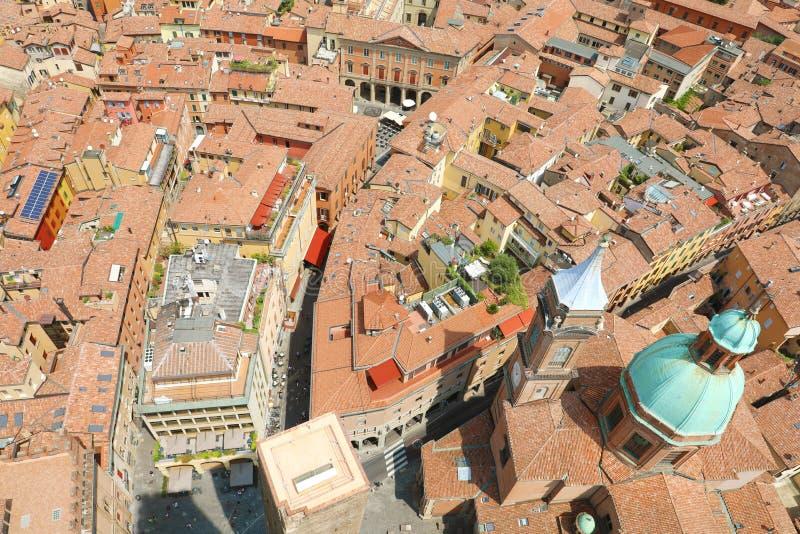 Medeltida cityscapesikt för Bologna uppifrån av det Asinelli tornet med ner det Garisenda tornet, Bologna, Italien arkivfoto