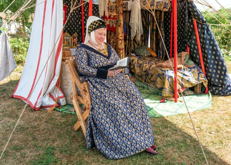 Medeltida dam, Tewkesbury medeltida festival, England royaltyfri foto