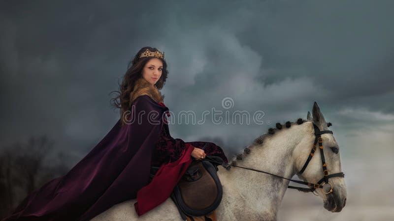 Medeltida drottningstående arkivfoton