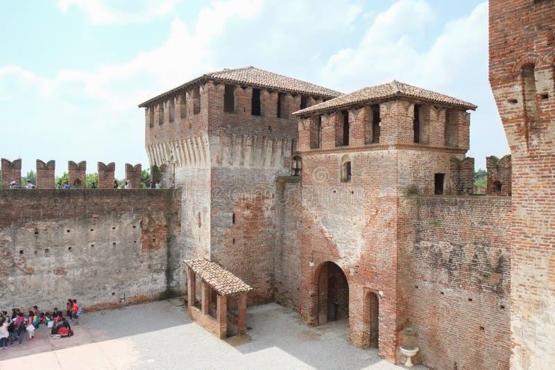 Medeltida fästningborggård i Soncino, Italien royaltyfri bild