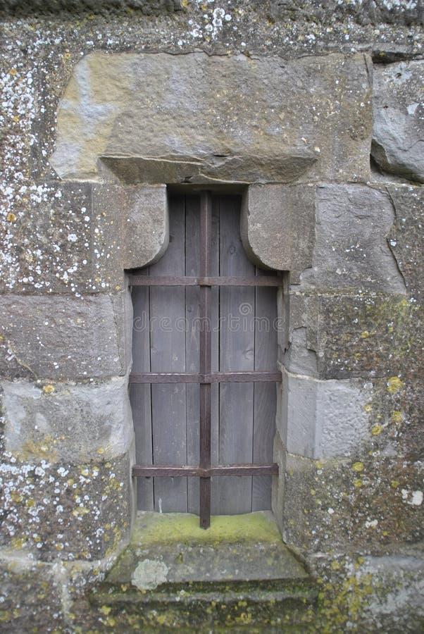 Medeltida fönster i Carcassonne arkivbild