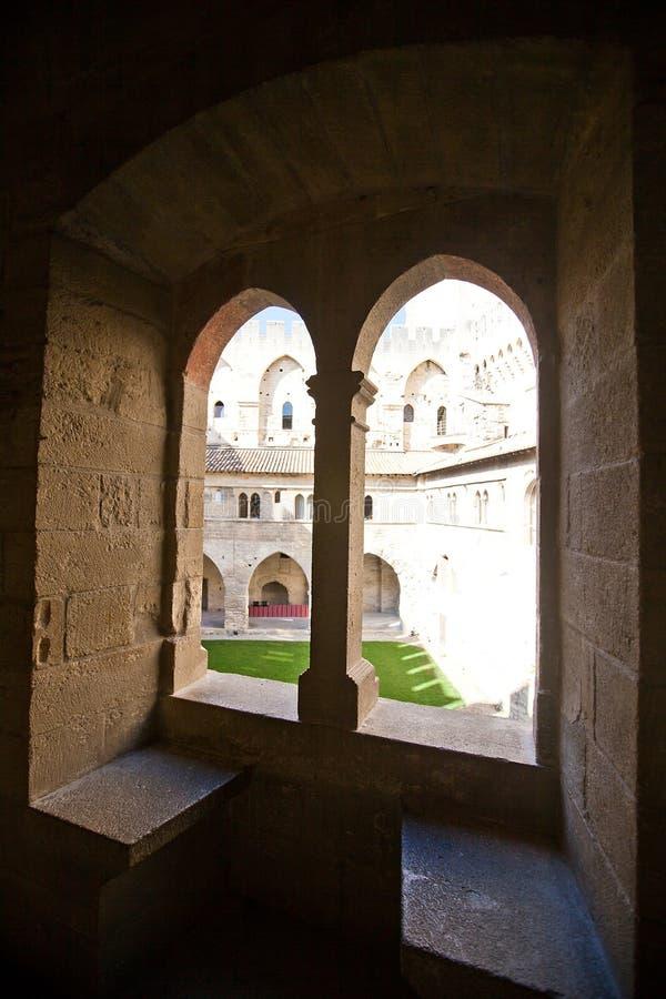 Medeltida fönster i påvlig slott (circa 1370). Avignon Frankrike royaltyfria bilder
