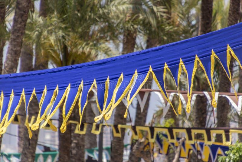 Medeltida flaggor i vinden arkivbilder
