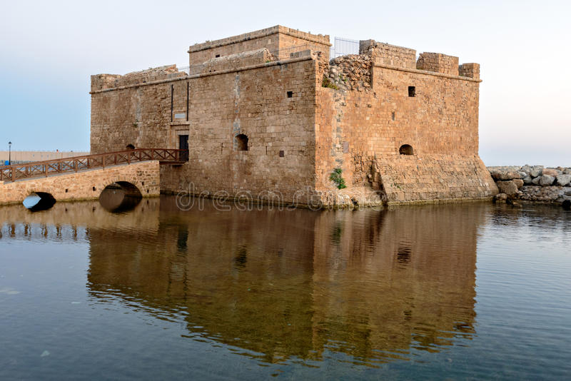 Medeltida fort i Paphos port arkivfoton