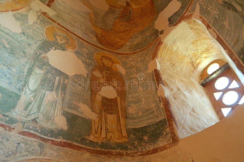 Medeltida freskomålningar i inre av frälsaren kyrktar på Nereditsa - en ortodox kyrka i Veliky Novgorod arkivfoton