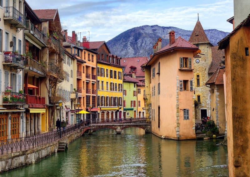 Medeltida gammal stad och Thiou flod, Annecy, savojkål, Frankrike royaltyfri foto