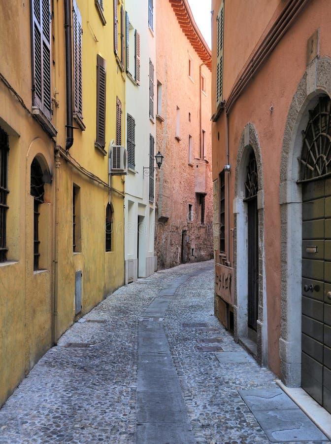 Medeltida gata i Brescia, Italien arkivbild