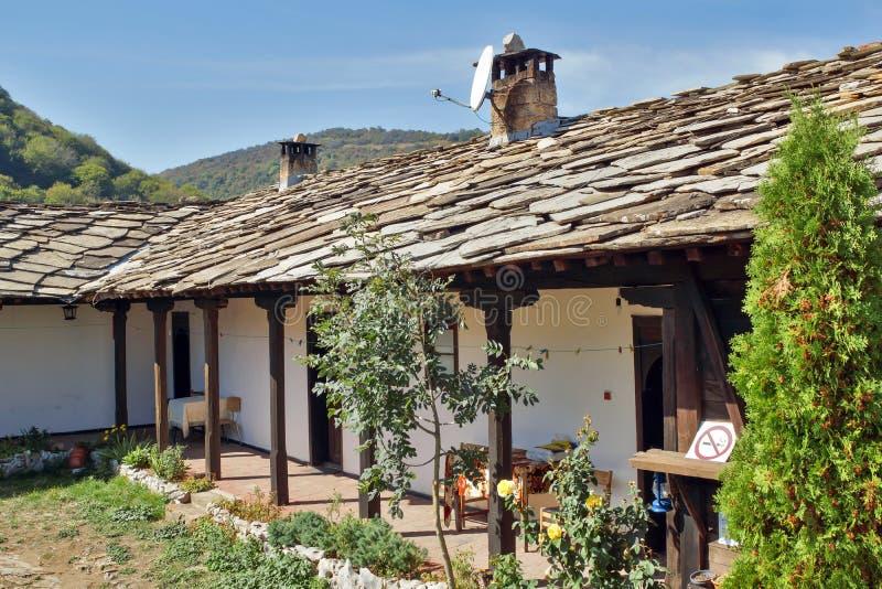 Medeltida Glozhene kloster av St George, Bulgarien royaltyfria bilder