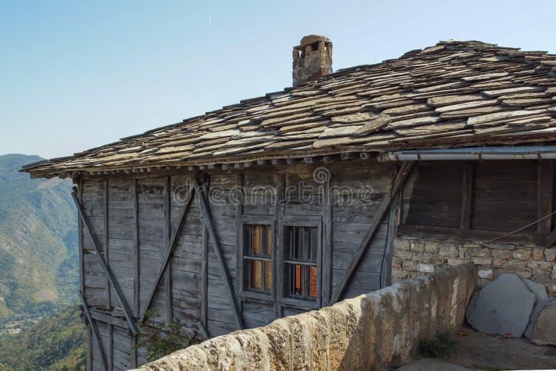 Medeltida Glozhene kloster av St George, Bulgarien royaltyfri bild
