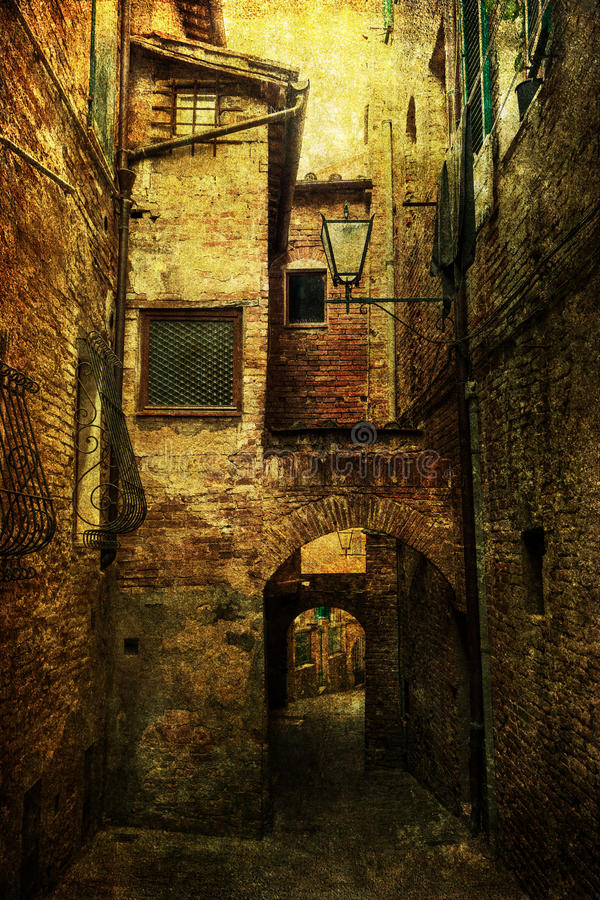 Medeltida gränd i Italien med grungetextur royaltyfria foton