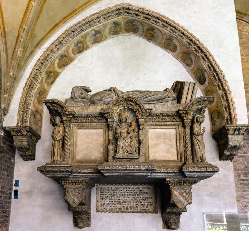Medeltida gravvalv i basilikan av St Anthony av Padua arkivbild