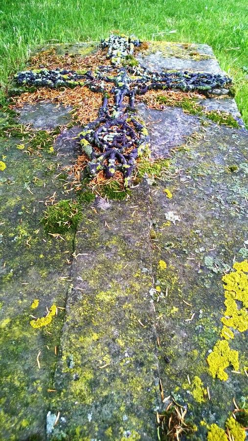 Medeltida gravvalv i kyrkogården av kyrkan av helgonet Lubin i by av Yevre chatel fotografering för bildbyråer